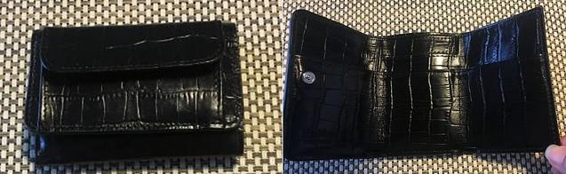 d95fd57a52d7 筆者の私物のミニ財布。三つ折り タイプで、最低限のキャッシュとカードを入れた状態で縦7.5cm×横11cm×幅3~4cm程度。広げた時のサイズは、タテ11cm×ヨコ21cm。