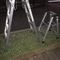 芝生に置かれていたNHK-大阪報道(左)とMBSの脚立(写真は、住民の男性が提供)