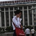 携帯電話で通話する北朝鮮の女性