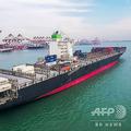 中国山東省青島の港で撮影された貨物船(2018年12月8日撮影、資料写真)。(c)STR / AFP
