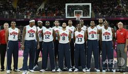 2012年ロンドン五輪に米国代表として出場したバスケットボール男子のジェームズ・ハーデン(左から5番目)、レブロン・ジェームズ(左から4番目)、ラッセル・ウェストブルック(左から2番目)ら(2012年7月29日撮影)。(c)TIMOTHY A. CLARY / AFP