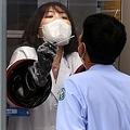 ウイルス検査を行う医療従事者(資料写真)=(聯合ニュース)
