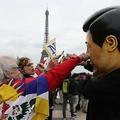 フランス・パリのトロカデロ広場で、中国の習近平国家主席の公式訪問に抗議するデモの最中、習主席の顔のかぶり物をかぶった男性と対峙するデモ参加者(2019年3月24日撮影)。(c)KENZO TRIBOUILLARD / AFP
