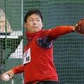 新人合同自主トレでキャッチボールする広島ドラフト1位・栗林