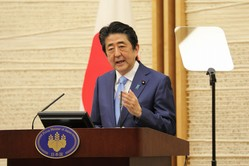 記者会見で緊急事態宣言の延長について説明する安倍晋三首相