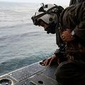 米南カリフォルニア沖で、沈没した海兵隊の水陸両用車(AAV)を捜索する海軍救助ヘリの乗員。米海兵隊提供(2020年8月2日撮影)。(c)AFP PHOTO /US MARINE CORPS/MACKENZIE BINION/HANDOUT
