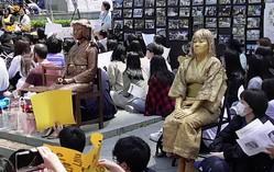 ソウルの日本大使館前では現在も日本に抗議するデモが続いているが…(時事通信フォト)