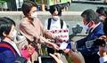 (写真)自民党の杉田水脈衆院議員の辞職を求める13万超の署名を自民党に提出しに来た、北原みのりさんら。自民党は、署名の受け取りを拒否=2020年10月13日、自民党本部前