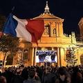 仏パリ・ソルボンヌ広場で、斬首されて死亡した教師のサミュエル・パティさんの国葬の様子を巨大スクリーンで見る人々(2020年10月21日撮影)。(c)Bertrand GUAY / AFP