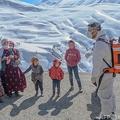 トルコ東部、山岳地帯の集落を新型コロナワクチンの接種に訪れた医師(右、2021年2月15日撮影)。(c)BULENT KILIC / AFP