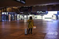 中国・武漢の駅に到着した利用客(2020年1月23日撮影)。(c)HECTOR RETAMAL / AFP