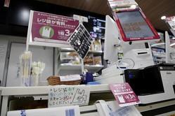 ポスターなどでレジ袋の有料化を周知するコンビニのレジ周辺(イメージ、時事通信フォト)