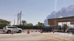 サウジアラビア・アブカイクにある石油施設から立ち上る煙(2019年9月14日撮影)。(c)AFP=時事/AFPBB News