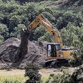 メキシコ・グアダラハラ近郊で、大量の遺体が見つかった井戸を掘り返す鑑識班(2019年9月10日撮影)。(c)ULISES RUIZ / AFP
