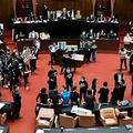 台湾・台北の議会で、蘇貞昌行政院長(首相)の辞任を求める野党・国民党議員ら(2020年11月27日撮影)。(c)Sam Yeh / AFP