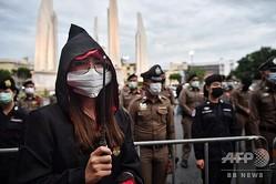 タイ・バンコクで、ファンタジー小説「ハリー・ポッター」をテーマにした反政府デモに参加する人(2020年8月3日撮影)。(c)Lillian SUWANRUMPHA / AFP