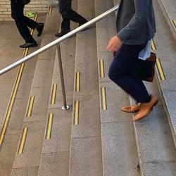 降りる 下りる 階段 を