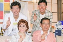 """'06年に放送された『ライフ☆イズ☆家〜イ!』(BSフジ)の制作発表で顔をそろえた高島一家。家族みんなで代名詞の""""イェーイ""""ポーズを 撮影/本誌写真班"""