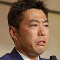 会見の冒頭に涙を流す上原(C)日刊ゲンダイ