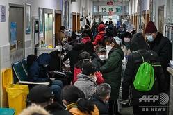 中国・武漢の紅十字会医院で、医師の診断を待つ人々(2020年1月25日撮影)。(c)Hector RETAMAL / AFP