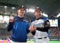<日・広2>ウイニングボールを手に栗山監督とポーズを取る吉田輝(撮影・高橋茂夫)