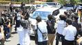 報道陣に囲まれながら東京地裁を後にするピエール瀧被告を乗せたと思われる車両(撮影・白鳥 佳樹)
