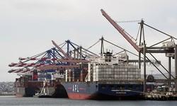 2019年5月14日、カリフォルニア州ロングビーチのロサンゼルス港でコンテナは荷下ろしされている(Mark Ralston/AFP via Getty Images)