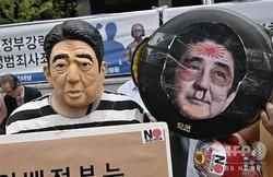 韓国の首都ソウルにある日本大使館近くで開催された抗議集会で、安倍首相のマスクを着用した参加者ら(2019年7月20日撮影)。(c)AFP=時事/AFPBB News