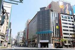 昨年4月、三越銀座店(中央)が臨時休業し、人通りも少ない東京・銀座=2020年4月4日、東京都中央区、長島一浩撮影