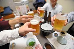 乾杯する人たち=18日午後、大阪市中央区、水野義則撮影