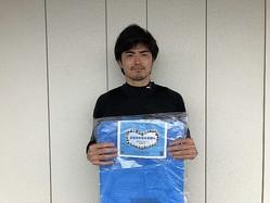 医療用防護服の代替品として活用できるポンチョの寄付を決めた川崎。キャプテンの谷口らがメッセージカードを同封した。(C)川崎フロンターレ