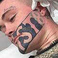 タトゥー除去へ(画像は『Metro 2017年7月18日付「Man gets DEVAST8 tattoo removed for free because it stopped him getting job」(Picture: Caters News)』のスクリーンショット)