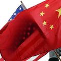 米国と中国の国旗(2011年1月17日撮影、資料写真)(c)JEWEL SAMAD / AFP