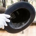 ドイツ南部ミュンヘンで競売にかけられた、ナチス・ドイツ総統アドルフ・ヒトラーの帽子。内側に「AH」のイニシャルが確認できる(2019年11月20日撮影)。(c)MATTHIAS BALK / DPA / DPA PICTURE-ALLIANCE
