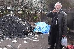 13年2月、全焼した自宅で本誌の取材に答える宍戸さん。