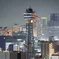 消灯時間が早められた通天閣(13日午後8時23分、大阪市内で)=浜井孝幸撮影