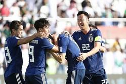 代表初ゴールを決めた冨安を祝福する吉田。序盤にはサウジアラビアのミドルシュートを身体と顔を張ったプレーで防いだ。写真:茂木あきら(サッカーダイジェスト写真部)