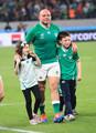 <ニュージーランド・アイルランド>この試合で代表を引退するアイルランドのベスト主将が子供たちをグラウンドに入れて場内を歩く(撮影・篠原岳夫)