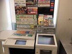 """特別定額給付金の申請が始まり、コピー機には大勢の""""コピー難民""""が...。機能が多く便利な反面、戸惑う高齢者も多いようです=神戸市内"""