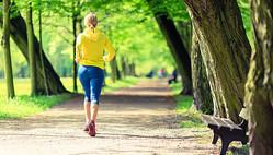 公園でウォーキングをする女性