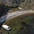 友ケ島のひとつ地ノ島の海岸を埋め尽くす漂着ごみ=2020年3月19日、和歌山市加太、ドローンで小林裕幸撮影