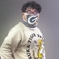 ド派手なトレーナーとマスクで目を引いた竹山