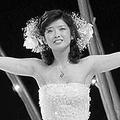 1980年10月5日、ファイナルコンサートで熱唱する百恵さん