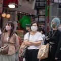 2020年6月10日、渋谷のスクランブル交差点を待つ人々はマスクを着用している