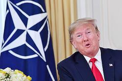 3日、ロンドンで、北大西洋条約機構(NATO)のストルテンベルグ事務総長との会談の際に発言するトランプ米大統領(AFP時事)