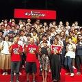 (前列)バイきんぐ・小峠英二、西村瑞樹、葵わかな、池田美優と『キングオブコント2018』準決勝進出32組