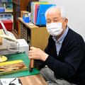 彫刻刀を手にする平岩勇さん=2020年10月19日、さいたま市浦和区高砂2丁目、黒田早織撮影