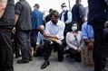 カナダ首相が抗議デモ現場に 黒人男性暴行死事件めぐり片膝つく