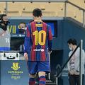 スペイン・スーパーカップ決勝、FCバルセロナ対アスレティック・ビルバオ。退場処分を受け、ピッチを後にするFCバルセロナのリオネル・メッシ(左、2021年1月17日撮影)。(c)CRISTINA QUICLER / AFP