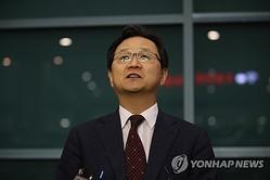 記者団の質問に答える丁海官氏=13日、仁川(聯合ニュース)